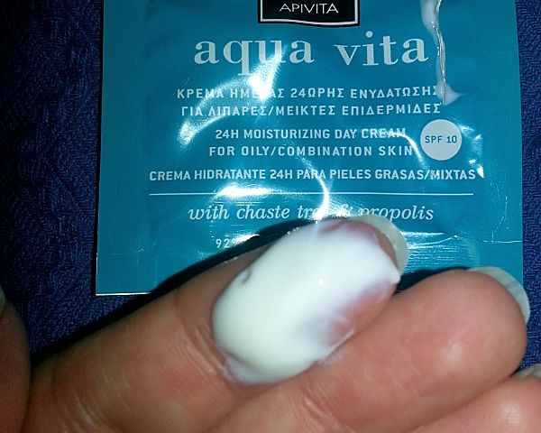 apivita-aqua-vita-crema-dia-spf10-pieles-grasas-mixtas-detalle